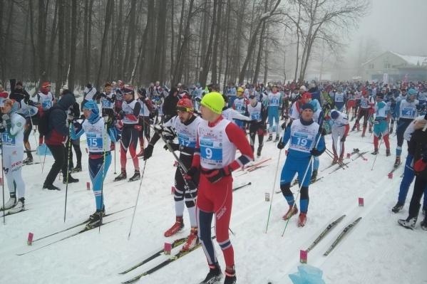 В соревнованиях принимают участие около 100 спортсменов