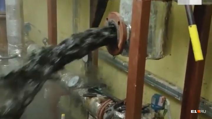 «Мы нашли источник нефти»: в доме на Уралмаше люди сидят без тепла из-за грязи в трубе