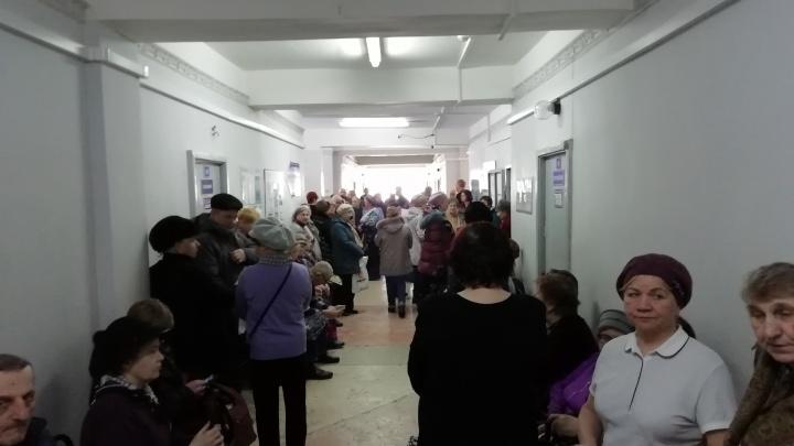 «Много жалоб писали — и ничего»: репортаж из больницы, где устроили давку из-за бесплатных лекарств