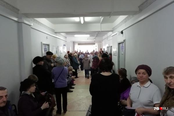 Люди стоят в очереди часами