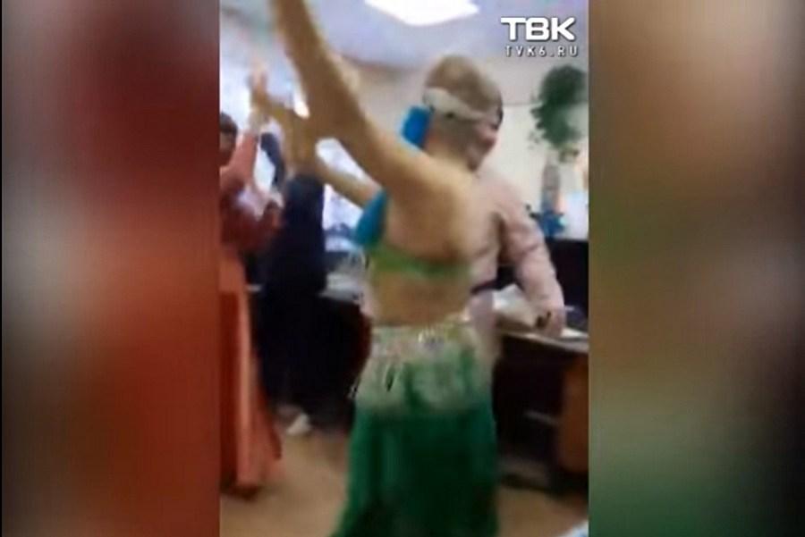 Девчонка разделась на корпоративе видео