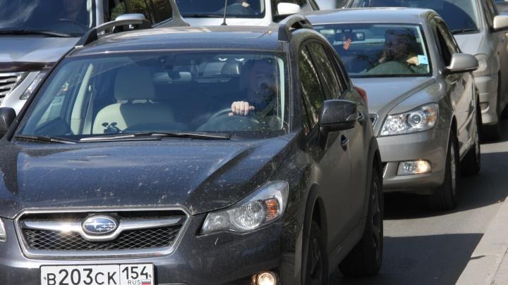 «В аэропорт пешком»: на подъезде к Толмачёво собралась глухая пробка