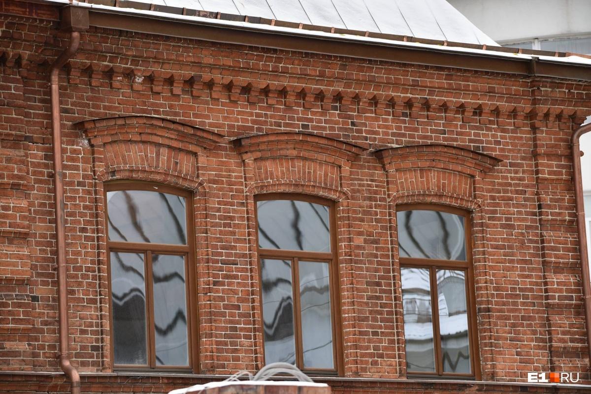 Окна в доме заменили на новые