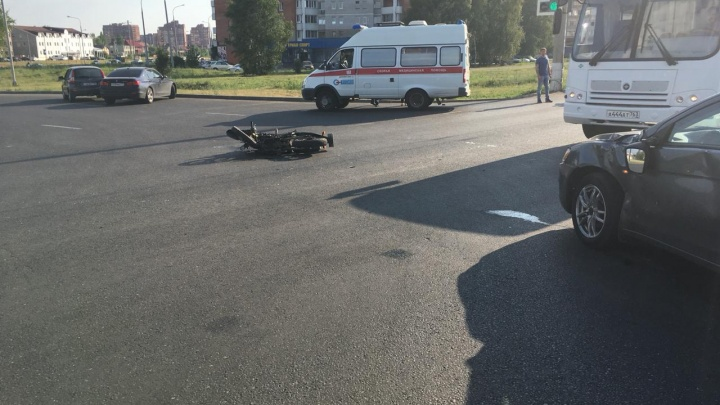 «Мотоциклист и пассажир упали на дорогу»: в ТольяттиMitsubishi врезался в байк