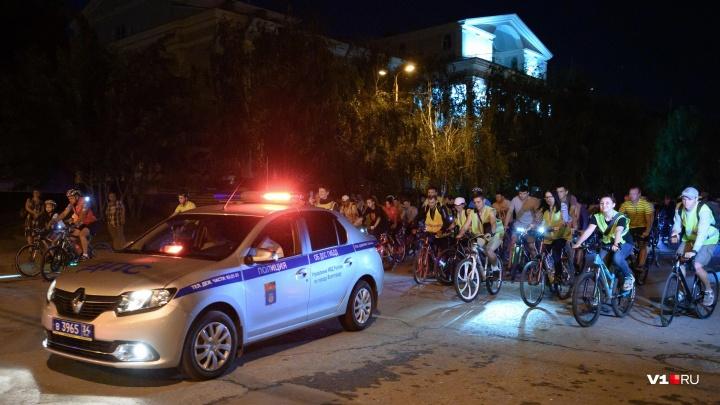 Чёрт и Дарт Вейдер: более 1000 велосипедистов прокатились по ночному Волгограду