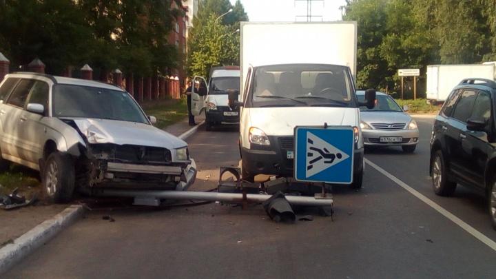 Сбитый светофор упал на проезжающую «Газель» на Добролюбова