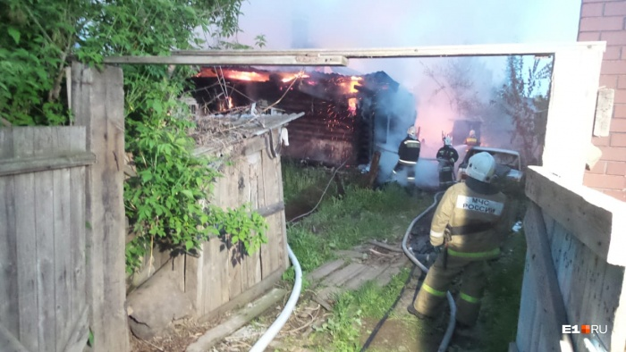 Пожар полностью охватил дом