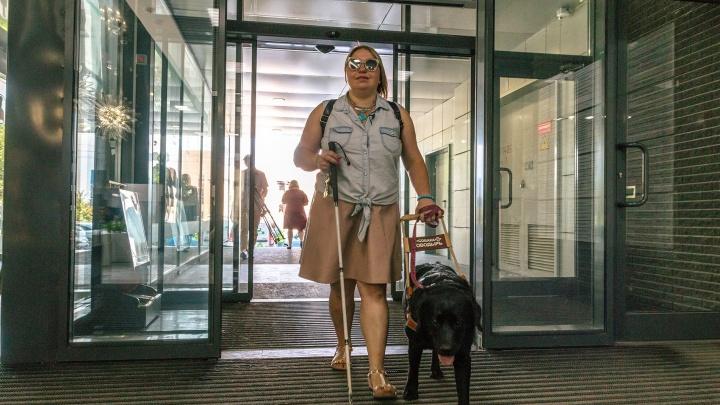 «Нам слепой и с собакой не нужен»: как инвалид по зрению искала работу в Самаре