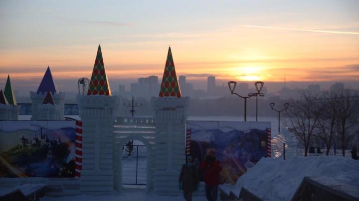 Это просто сказка: на набережной открылся ледовый городок с рыцарскими замками и драконами