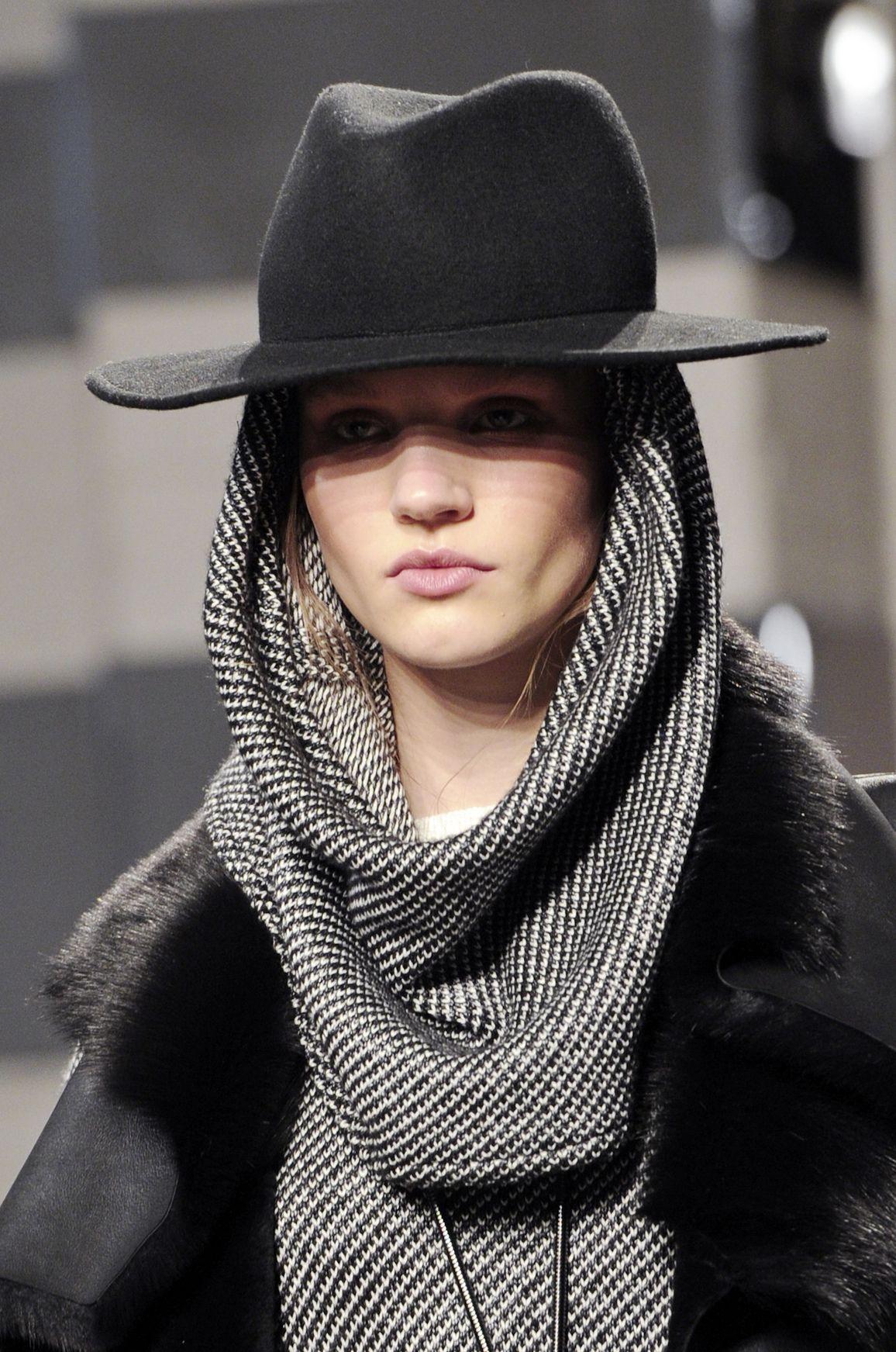 Любимая шляпа может не ждать до весны, если носить ее с капюшоном
