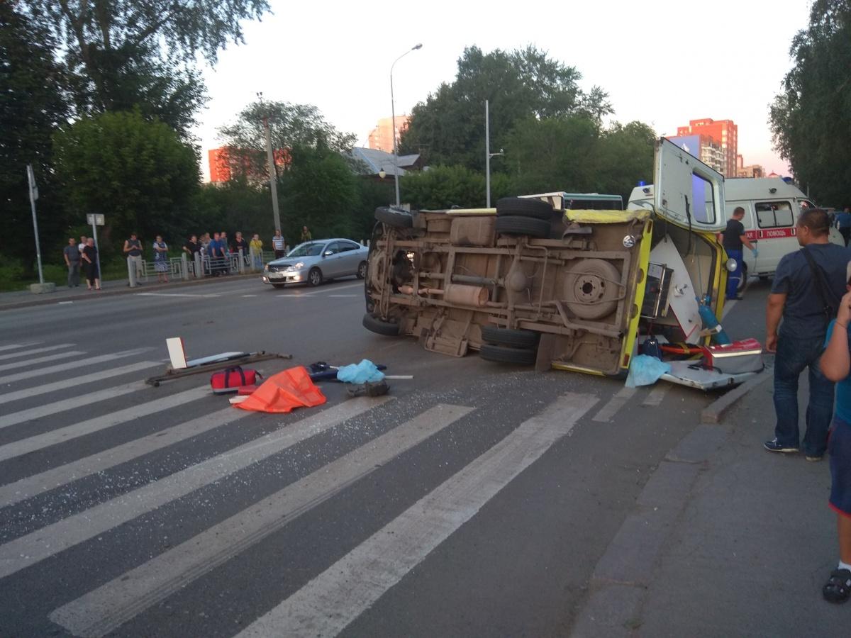 Момент аварии со скорой, мотоциклист на Широтной и тройной проезд на красный: дорожные видео недели