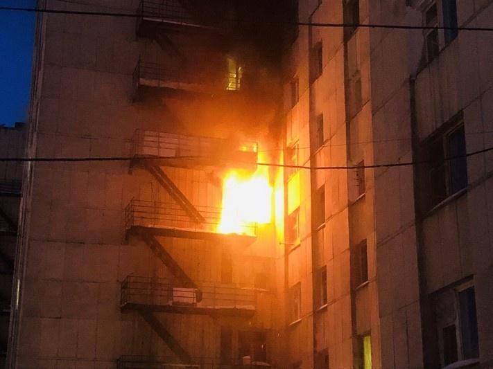 Загорелась квартира на пятом этаже
