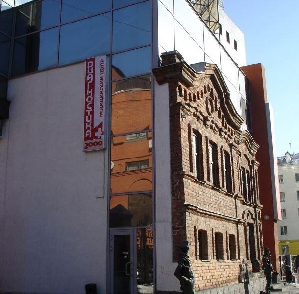 Сбоку видно, что от старинного здания остался лишь фасад
