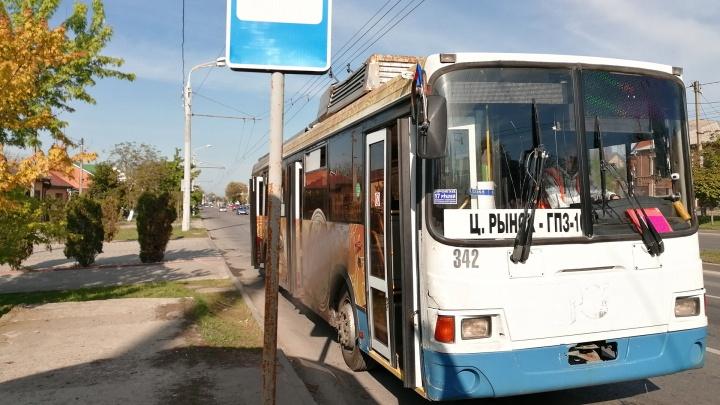 В Ростове 4-летнему малышу зажало голову в дверях троллейбуса. Его отправили в БСМП