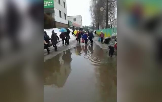 Видео: в Уфе детям приходится добираться до школы вплавь