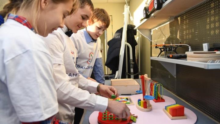 Волгоградские дети сконструировали уникальный бизиборд для девочки из Новгородской области