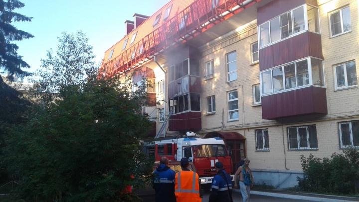 Есть пострадавшие: жителей дома в центре Челябинска эвакуировали из-за пожара на двух этажах