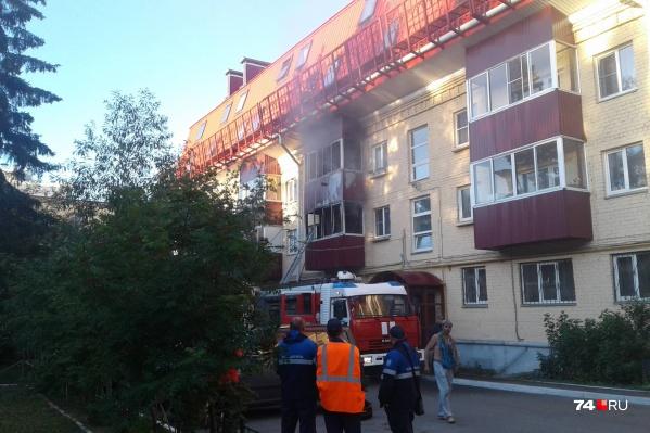 Прибывшие пожарные выставляли автолестницу ко второму этажу