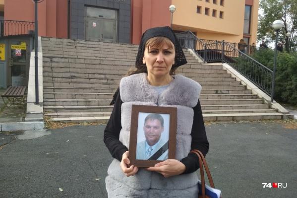 Светлана Галимова пришла в крематорий с портретом умершего мужа