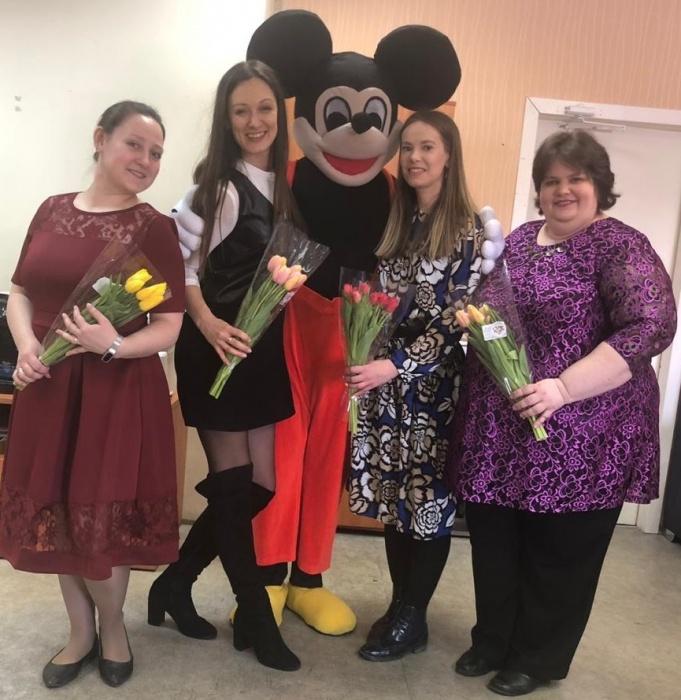 8 Марта в офисах Екатеринбурга: парни привели девушкам медведей и принесли змей