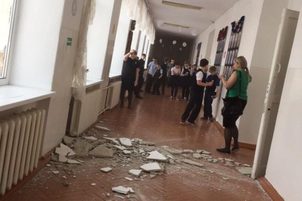 ЧП случилось на третьем этаже школы. Чудом никто не проходил в этом месте в момент частичного обрушения