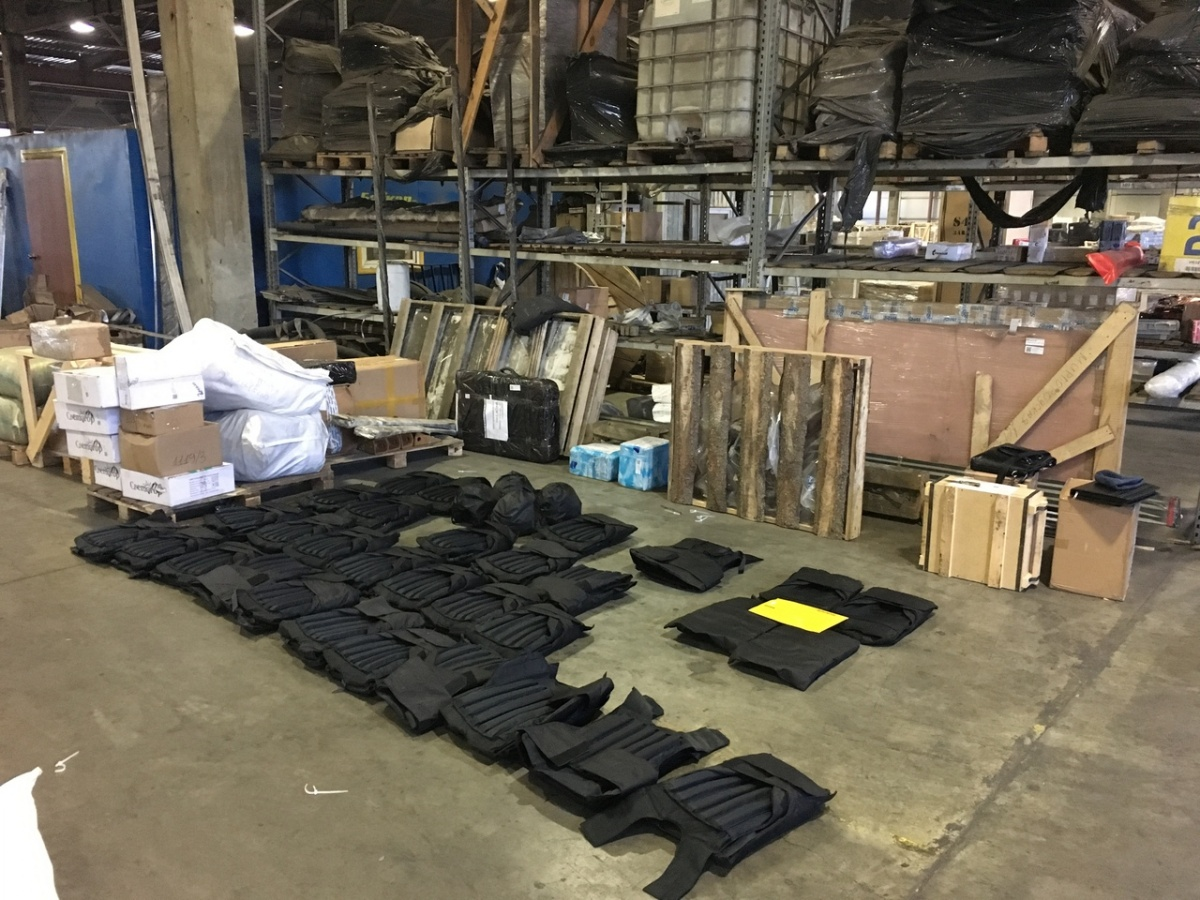 Каски и бронежилеты предприниматель пытался замаскировать под личные вещи