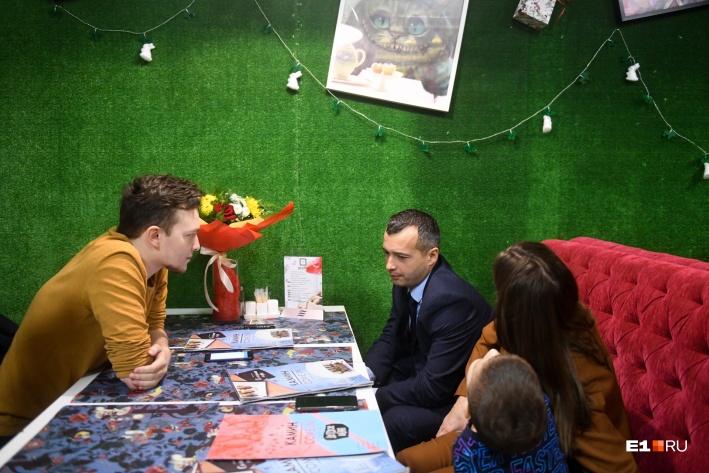На интервью он пришел со своей женой Натальей и сыном Денисом