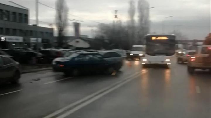 Досталось и бензовозу: столкновение трех машин парализовало улицу Неждановой