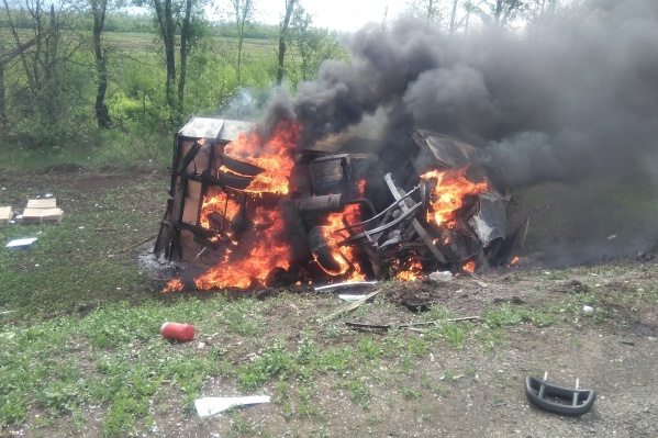 По словам очевидцев, водителю не удалось выбраться из машины до пожара
