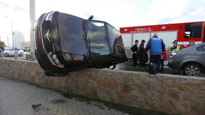 «Муж её, что ли, смеялся нам в лицо»: челябинка на Audi разнесла парковку у цирка, есть раненые
