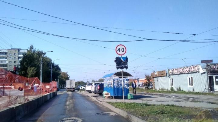 После публикации НГС власти убрали лишние дорожные знаки по всему городу