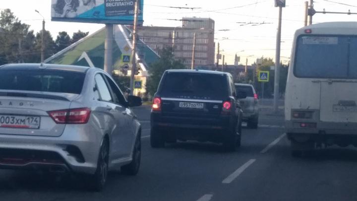 Через двойную сплошную и на красный: Range Rover с номерами ООО устроил опасные гонки по Челябинску