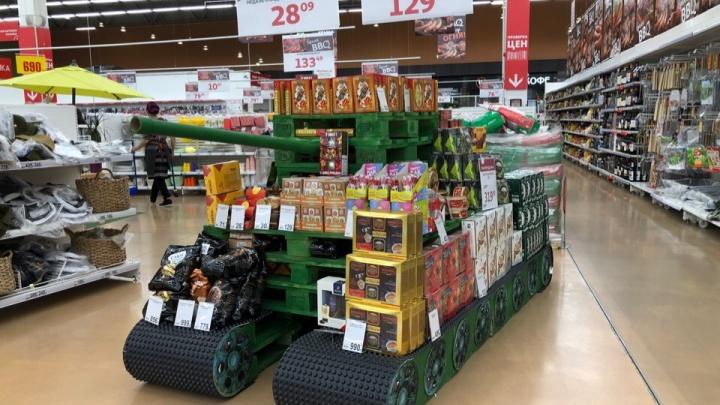 Пряники «Спасибо деду за Победу» и танк из поддонов: что продают в тюменских супермаркетах к 9 Мая