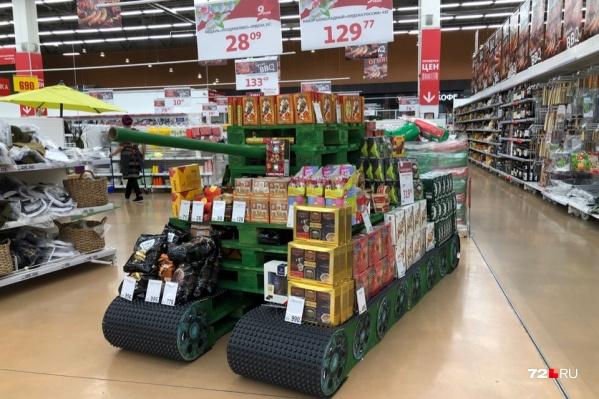 Вот такой танк из поддонов и картона сделали в одном из магазинов Тюмени