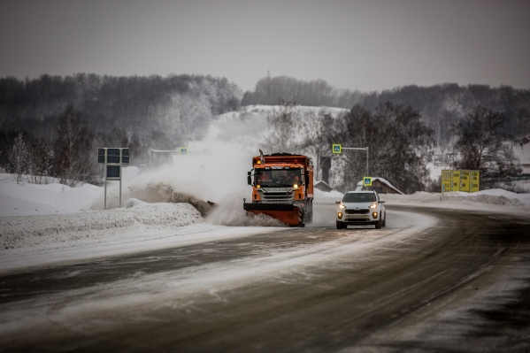 Дорожники приготовили реагенты и поставили зимнее оборудование на технику
