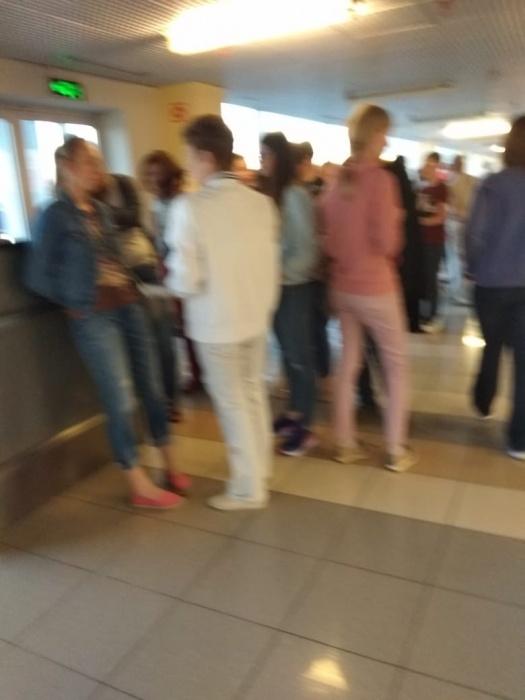 Пассажирам сказали, чтобы они покинули терминал