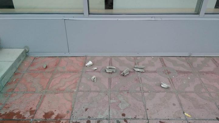 С крыши бизнес-центра на Советской на прохожих сошёл камнепад