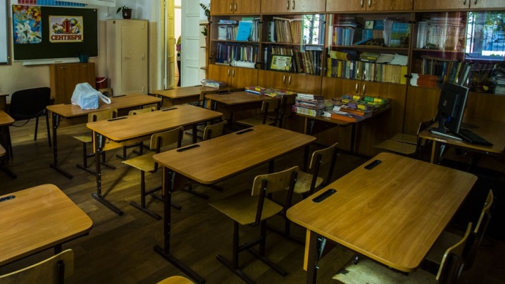 «Все проблемы — из семьи»: 10 мнений об увольнении учителя, которая за ухо вывела ребёнка с урока