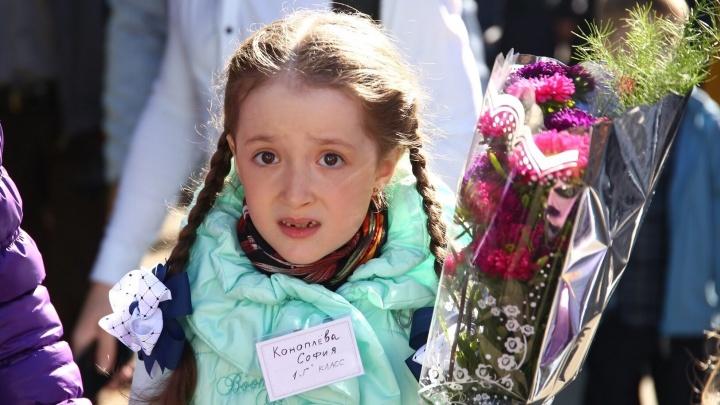 Суровые и смешные: 30 трогательных фото детей со школьных линеек Екатеринбурга