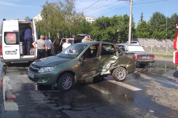Lada Granta и Toyota Crown сошлись в ДТП на пересечении Дуси Ковальчук и Переездной