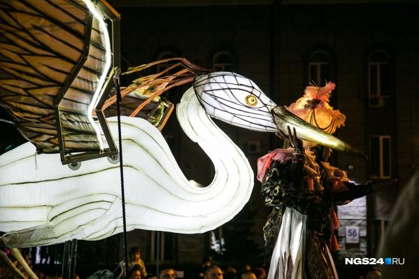Шествие-карнавал фееричных огромных причудливых птиц в Красноярске