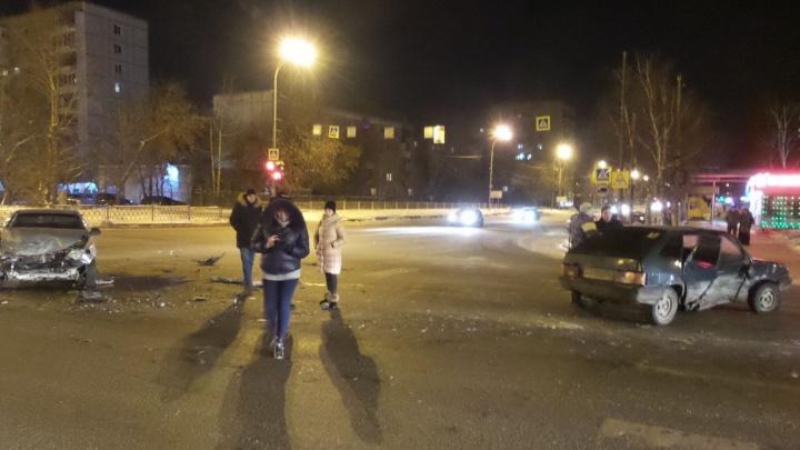 """""""Девятку"""" закрутило волчком: смотрим видео жёсткой ночной аварии на Шаумяна"""