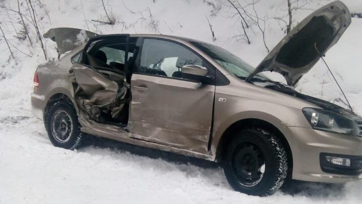 В Башкирии столкнулись Lada Priora и Volkswagen Polo, водителя иномарки зажало в салоне