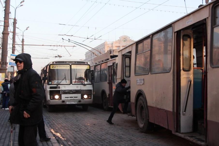 Маршрутки не дают троллейбусам подъехать к остановке