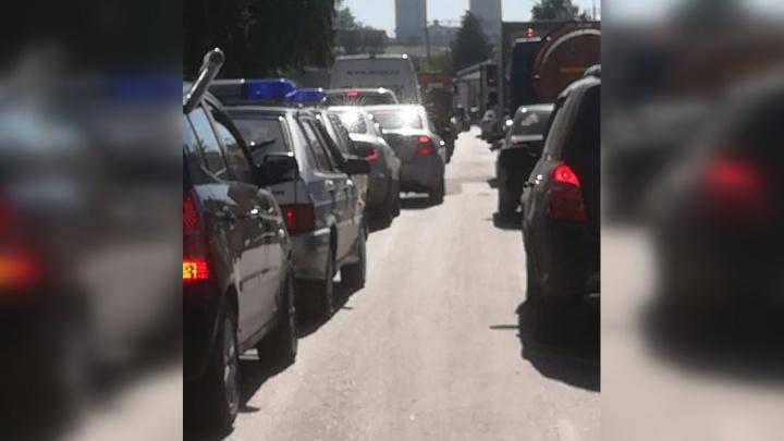 Автомобилисты встали в огромную пробку на Завокзальной из-за закрытия проезда у Макаровского моста