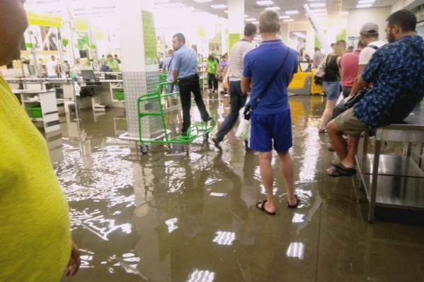 Покупатели забрались на стойки, чтобы не промочить ноги