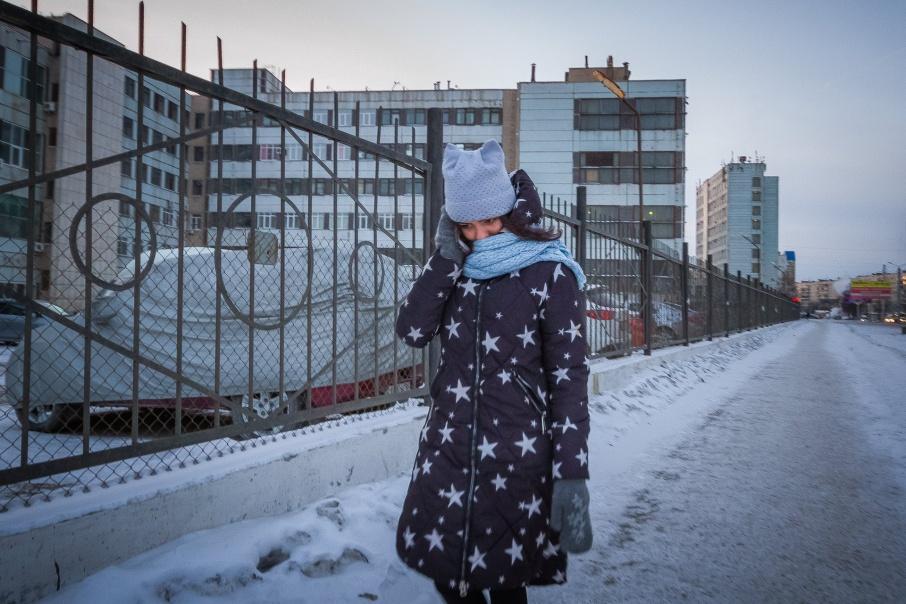 Челябинцы спешат домой по морозным улицам города