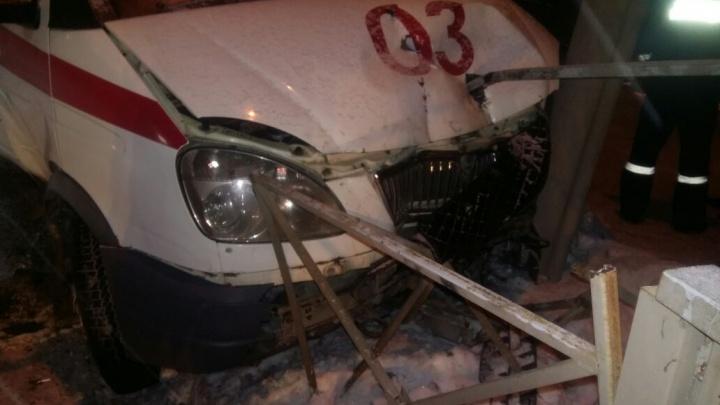 В Дзержинском районе скорая влетела в пешеходное ограждение