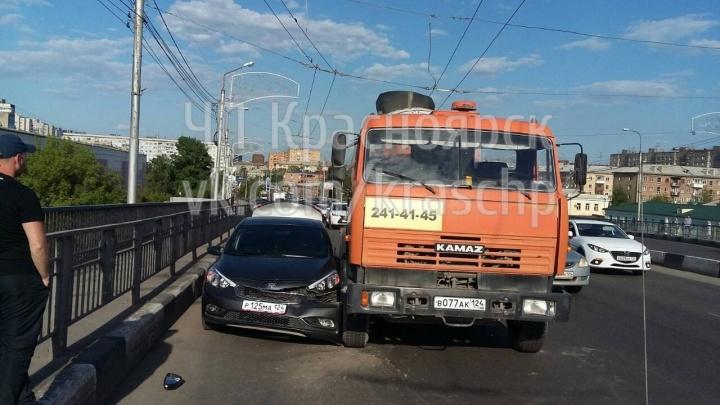 Заблокировавшие полосу КАМАЗ и легковушка собрали пробку на Копылова