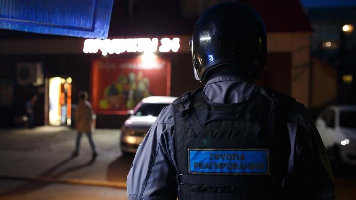 В Екатеринбурге двое грабителей с ножами напали на торговый павильон